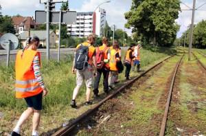 Eine Gruppe schaut ich die begrünten Gleise in der Osloer Straße beim Langen Tag der StadtNatur an . Foto: D. Hensel