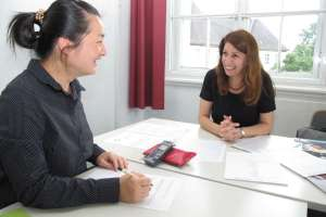 Li Zha fragt Lehrerin Derya Ulas-Emirli. Foto Ewald Schürmann.