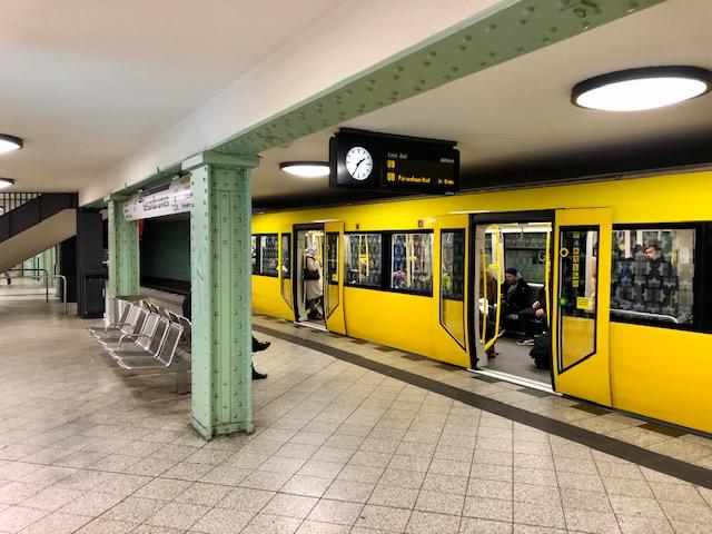 U Bahn im Bahnhof