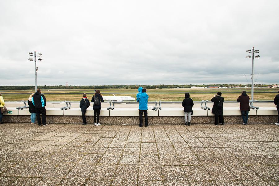 Besucher beobachten Flugzeuge