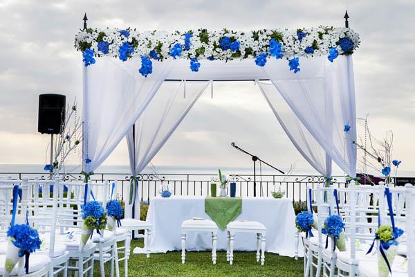 Una cerimonia simbolica per un matrimonio blu e verde lime