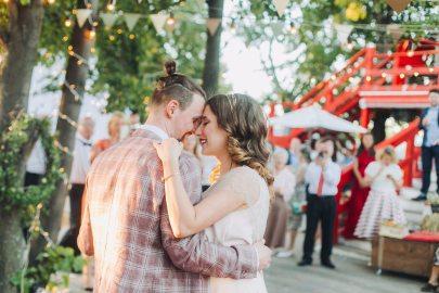 Взрыв конфетти: свадьба Арины и Ильи