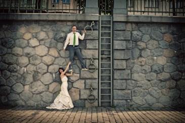 Vtipné focení novomanželů u zídky