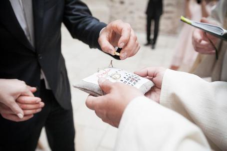 Prsteny na polštářku s datem svatby