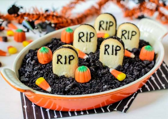 Graveyard-Chocolate-Cheesecake-Dip
