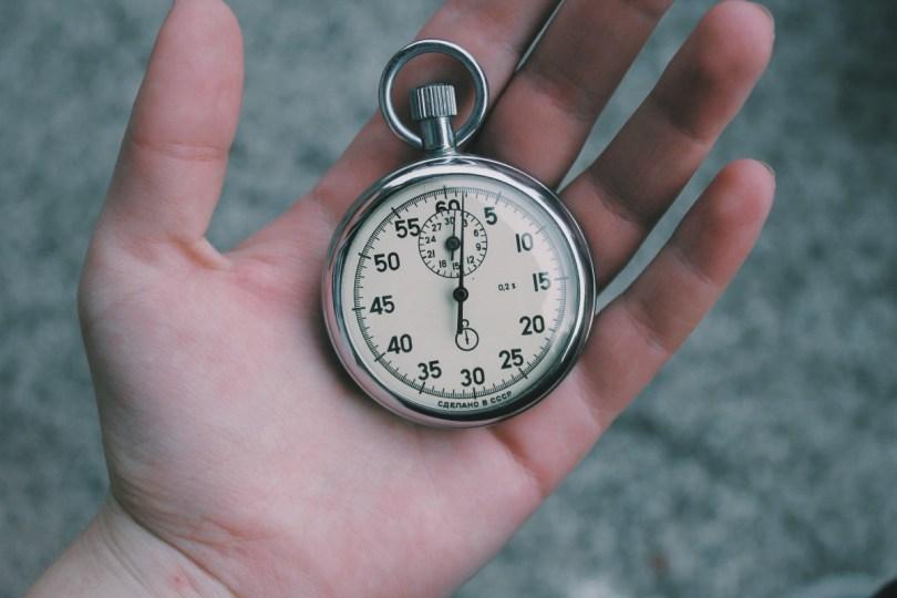 Chronometre dans une main