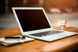 Ordinateur MacBook sur bureau