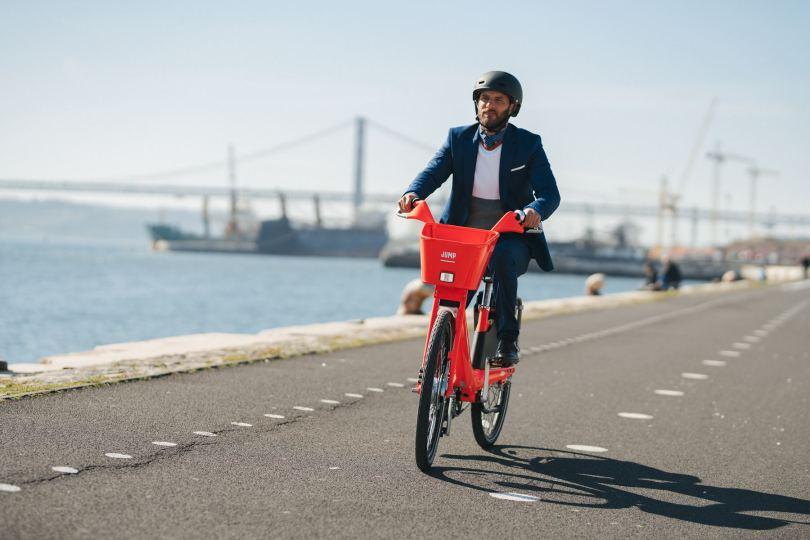Cycliste en velo Jump au bord du Tage - Lisbonne