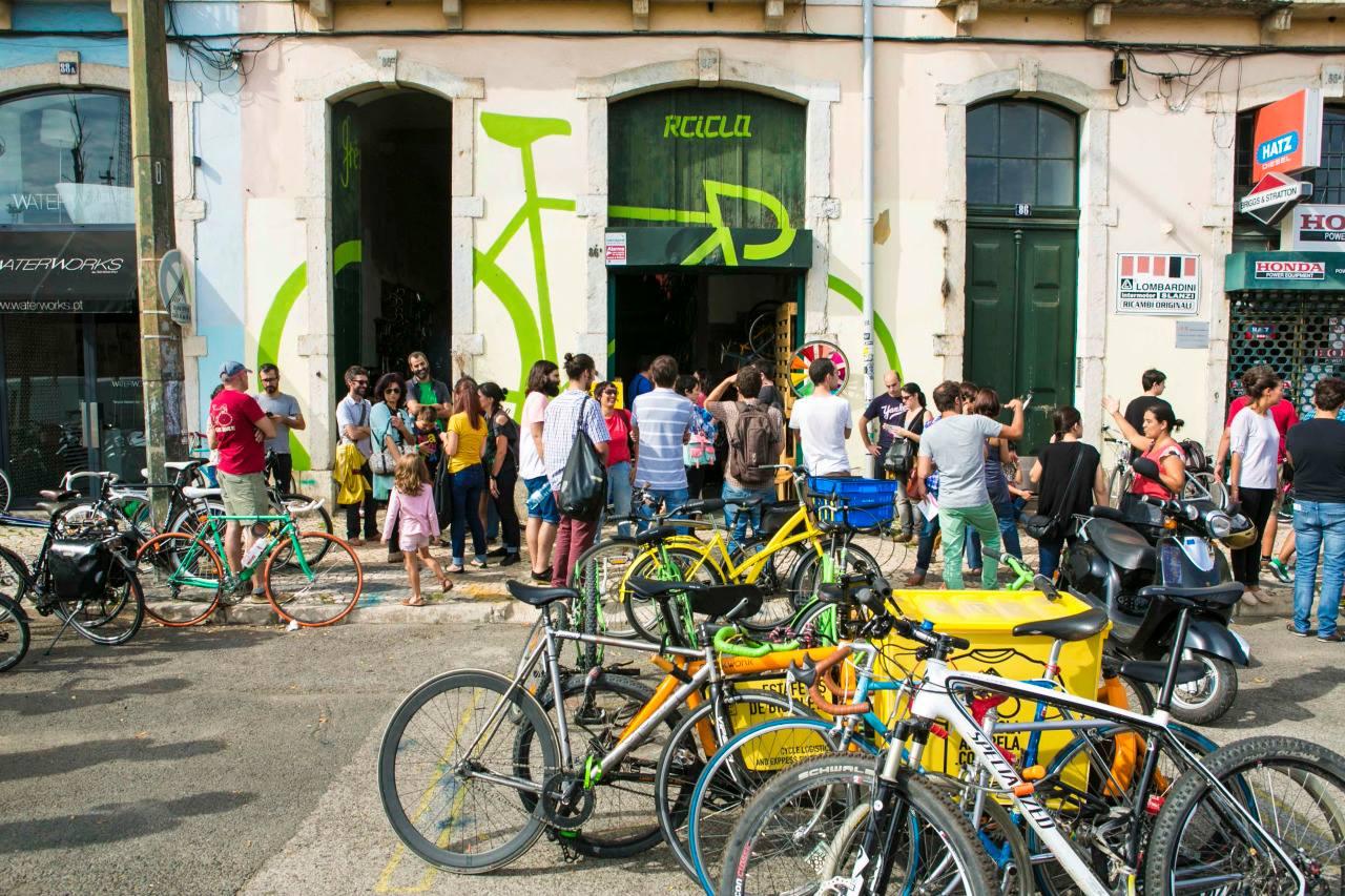 Rcicla est une boutique spécialisée qui recycle et récupère des vélos hors  d'usage. Ces bicyclettes sont ensuite transformées et vendues ou louées.