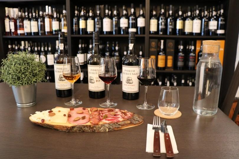 Table de degustation de 3 vins de Porto - fromages - charcuteries chez Portologia - Lisbonne