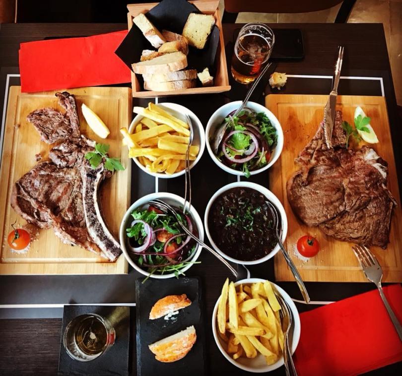 Streaks et leurs accompagnements au Kitchen Chiado - restaurant traditionnel - Lisbonne