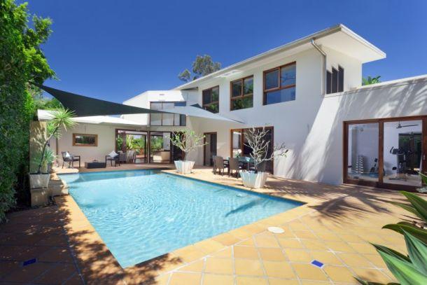 Photo d'une belle villa avec piscine