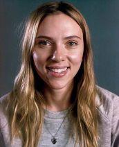 """Scarlett Johansson participó en una campaña pro-belleza natural con Vanity Fair en 2014 y expresó que """"no puedes lucir bien si eres consciente todo el tiempo de cómo luces. Debes ser libre de preocupación. Ama a tu verdadero yo""""."""