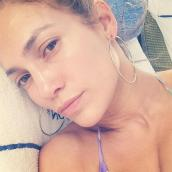 Jennifer Lopez también se apunta a la tendencia y luce su rostro lleno de luz y libre de imperfecciones.