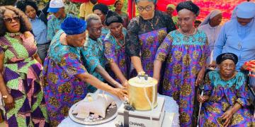 Birthday : Wife of Cross River Governor gifts new car, food items to vulnerable [Photos]