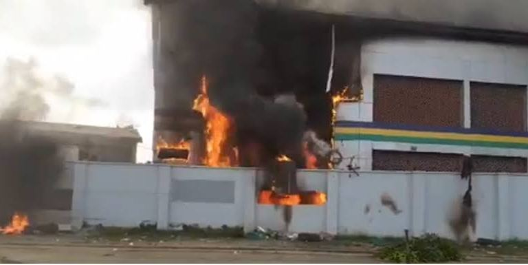 BREAKING!! Enugu Divisional Police Headquarters On Fire, Two Police Officers Killed