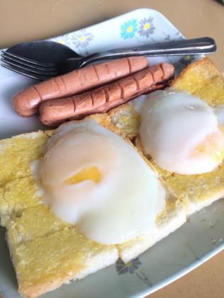 Bánh mì phết bơ nướng, ăn kèm trứng ốp la và xúc xích chiên