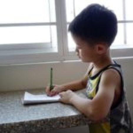 jongen-huiswerk-schrijven