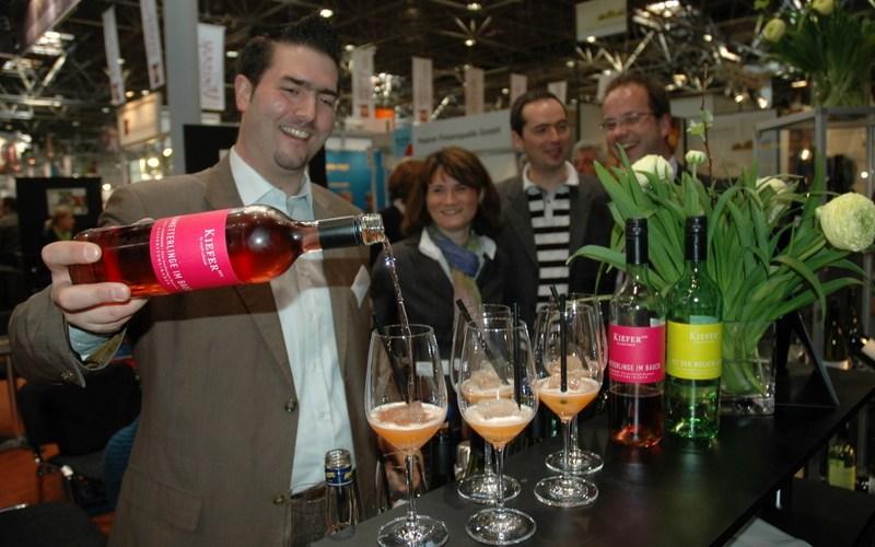 Alexander Ultes bereitet für Kunden den Sommercocktail BadenSprizz zu (Foto: Jan Bertram, Wein+Markt)