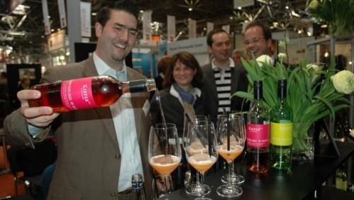 Alexander Ultes bereitet für Kunden den Sommercocktail BadenSprizz zu, im Hintergrund Helen und Martin Schmidt (Foto: Jan Bertram, Wein+Markt)