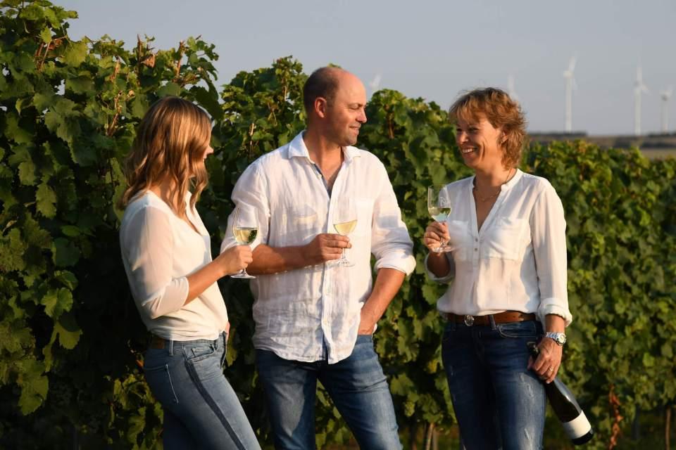 Kathrin, Bernd und Marion im Weinberg