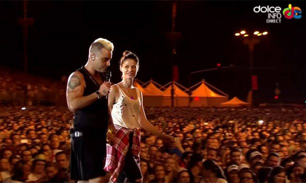 robbie-williams-fata-romania-scena-5-612x367