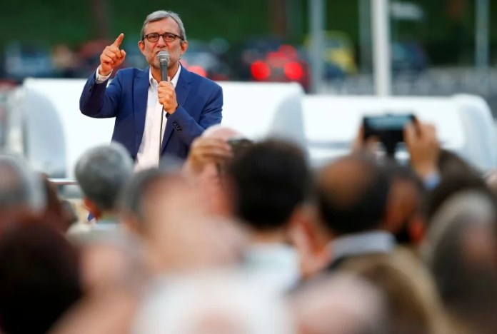 Roberto Giachetti, Democratic Party (PD) candidate for Rome's mayor, waves on stage during a rally in Rome, Italy June 17, 2016. REUTERS/Tony Gentile