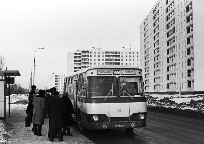 In honor of the completion of the new neighborhood construction, Muscovites fed retirees to the bus