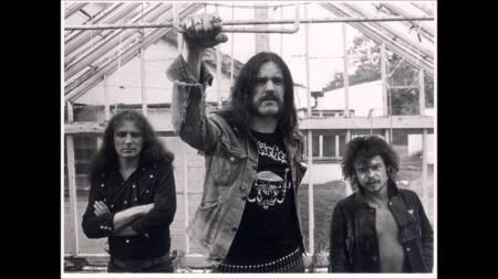 Lemmy au centre : tu vas manquer l'ami!