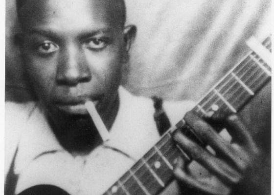 Robert Johnson et sa non moins célèbre Gibson,1936.