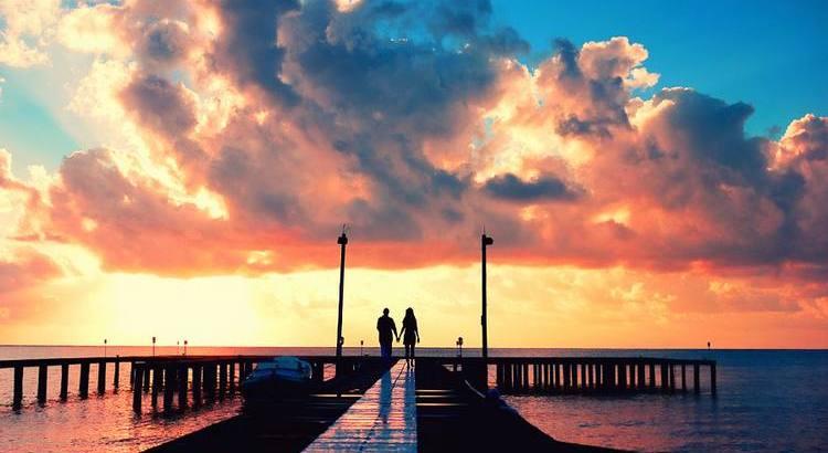 Bevor ich die Liebe kannte, besang ich sie in meinen Liedern; nachdem ich sie kennengelernt hatte, lösten sich die Melodien in Luft auf und die Worte verstummten. - Zitat von Khalil Gibran