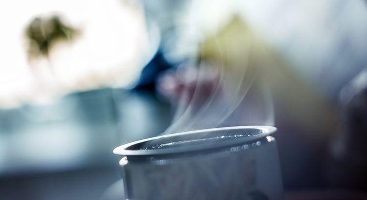 Manchmal ist das Leben auch nur eine kleine Tasse Tee, ein bisschen Decke, ein bisschen Ausblick und ein kleiner, schöner Gedanke.