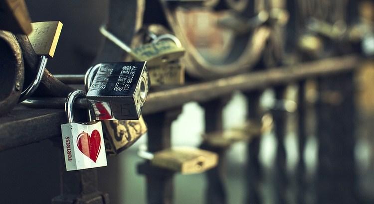 Der Kummer, der nicht spricht, nagt leise an dem Herzen, bis es bricht. - Zitat von William Shakespeare