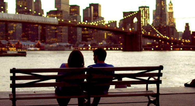 Die Kunst zu lieben besteht vor allem darin, sich nahe zu sein, ohne sich zu nahe zu treten, sich täglich zu sehen, ohne alltäglich zu werden, eins zu werden und doch zwei zu bleiben. - Zitat von Jochen Mariss
