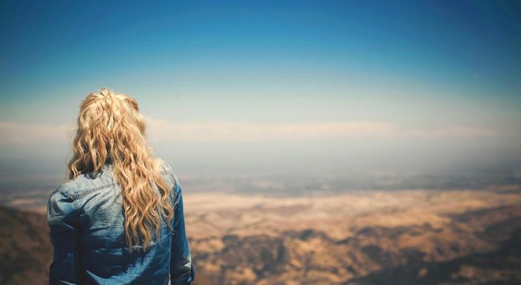 Vielleicht fällt man auch nur hin, damit man die Richtung wechseln kann und der neue Weg sich als Segen erweist. - Esragül Schönast
