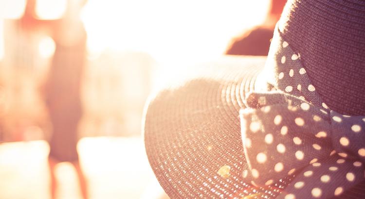 Nimm dir Zeit für dich. Schätze dich und jeden Augenblick. Mach dein Glück nicht von anderen abhängig. Und du wirst sehen, wie das Leben dich anlächeln wird. - Esragül Schönast