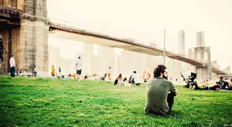 Ohne sich zu informieren, alles besser zu wissen und ohne jemanden zu kennen, über ihn zu urteilen, sind einige der abstoßendsten Merkmale des Menschen. - Esragül Schönast