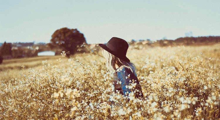 Es sind Erinnerungen, die einen Menschen verändern. Nicht der Mensch selbst ändert sich, nein Geschehnisse ändern einen Menschen. Dinge, die im Leben passiert sind, haben sich wie Wurzeln in das Herz gepflanzt. Somit zog die Veränderung in dein Leben ein und in einsamen Stunden weinst du über die Vergangenheit. Du weinst nicht darüber, was dir widerfahren ist, nein – du weinst, weil du dir fremd geworden bist. Man spürt, dass man nicht mehr so sein wird oder kann, denn ein Mensch, der sich fremd geworden ist, hat was in der Zeit der Unachtsamkeit verloren. Man kann seine Zeit damit verschwenden es wieder zu finden und unglücklich bleiben, oder aber man nimmt an, was ist, vergisst, was war und nimmt an, was sein wird. Vielleicht muss man sich auch auf eine Reise begeben, um sich selbst wieder zu finden. Um das anzunehmen, was du findest oder bereit bist zu finden. Es ist dein Weg und es ist deine Entscheidung, ob du dir fremd bleiben willst oder dich neu finden möchtest. - Tanja M. Mayer