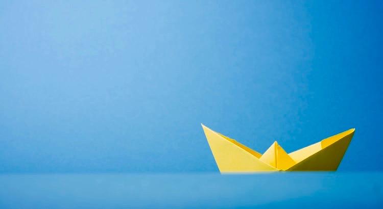 Schiffe sinken nicht wegen des Wassers um sie herum. Sie sinken wegen des Wassers, das in ihr Inneres kommt. Lass nicht alles was um dich herum passiert in dein Inneres vordringen und dich runterziehen. - Unbekannt