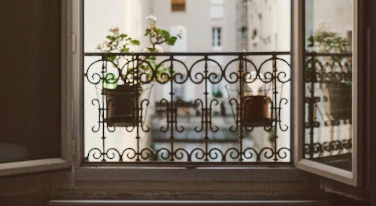 Öffne ab und zu das Fenster deiner Seele, damit die Sorgen hinaus können und die Sonne herein. - Rainer Haak