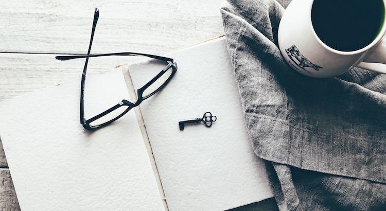 Der Schlüssel, sowohl zum Glück also auch zum Erfolg, liegt unter der Gleichgültigkeit gegenüber dem, was er oder sie sagen könnte, begraben. - Esragül Schönast
