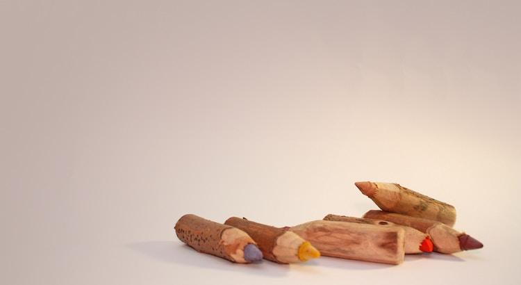 Eine Generation, die zunehmend in den besten Lebensjahren mit Burn-out zu kämpfen hat, entwirft für ihre eigenen Kinder einen Lebensweg mit noch mehr Tempo, noch mehr Leistung, noch mehr »Förderung«. Sie funktioniert Kindergärten zu Schulen um, weil sie glaubt, Kinder, die früh Mathe lernen, seien schneller am Ziel. Moment einmal – an welchem Ziel? - Herbert Renz-Polster
