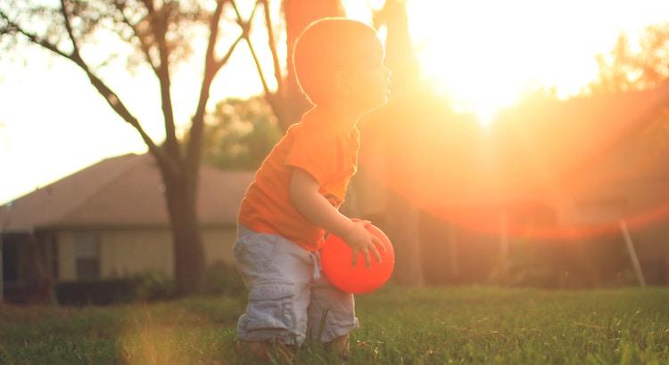 Sprich mit deinen Kindern, als wenn Sie die weisesten, gütigsten, schönsten und wundervollsten Menschen auf der Erde sind. Denn das, was Sie über sich glauben, ist was sie später werden. - Brooke Hampton