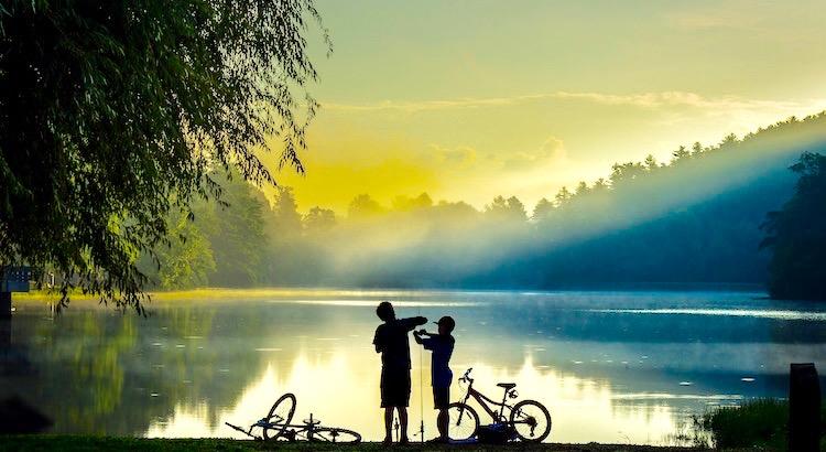 In der Jugend studiert man Erwachsene, um klug zu werden. Im späteren Leben studiert man Kinder, um glücklich zu werden. Peter Rosegger