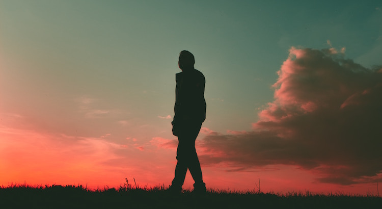 Schimpfe nicht über deine Vergangenheit. Wer du heute bist, verdankst du dem, der du gestern warst. Dass du enttäuscht wurdest, hat dich gelehrt, dass dich nicht jeder so einfach verdient. Dass du einen vermeintlich falschen Weg eingeschlagen hast, hat dich auf den richtigen Pfad gebracht. Das, was du verloren hast, hat dir gezeigt, wer und was eigentlich wichtig ist. Dass du das Glück überall gesucht hast, hat dir gezeigt, dass es sich in Wirklichkeit in dir selbst verbirgt.