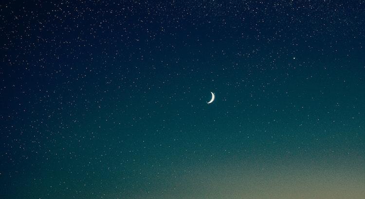 Ich stelle soeben überraschend fest: Man sagt, die Sonne scheint. Der Mond, der scheint aber auch. Also ist alles, was wir als Dunkelheit wahrnehmen, eigentlich genauso schön und genauso wichtig. - Esragül Schönast