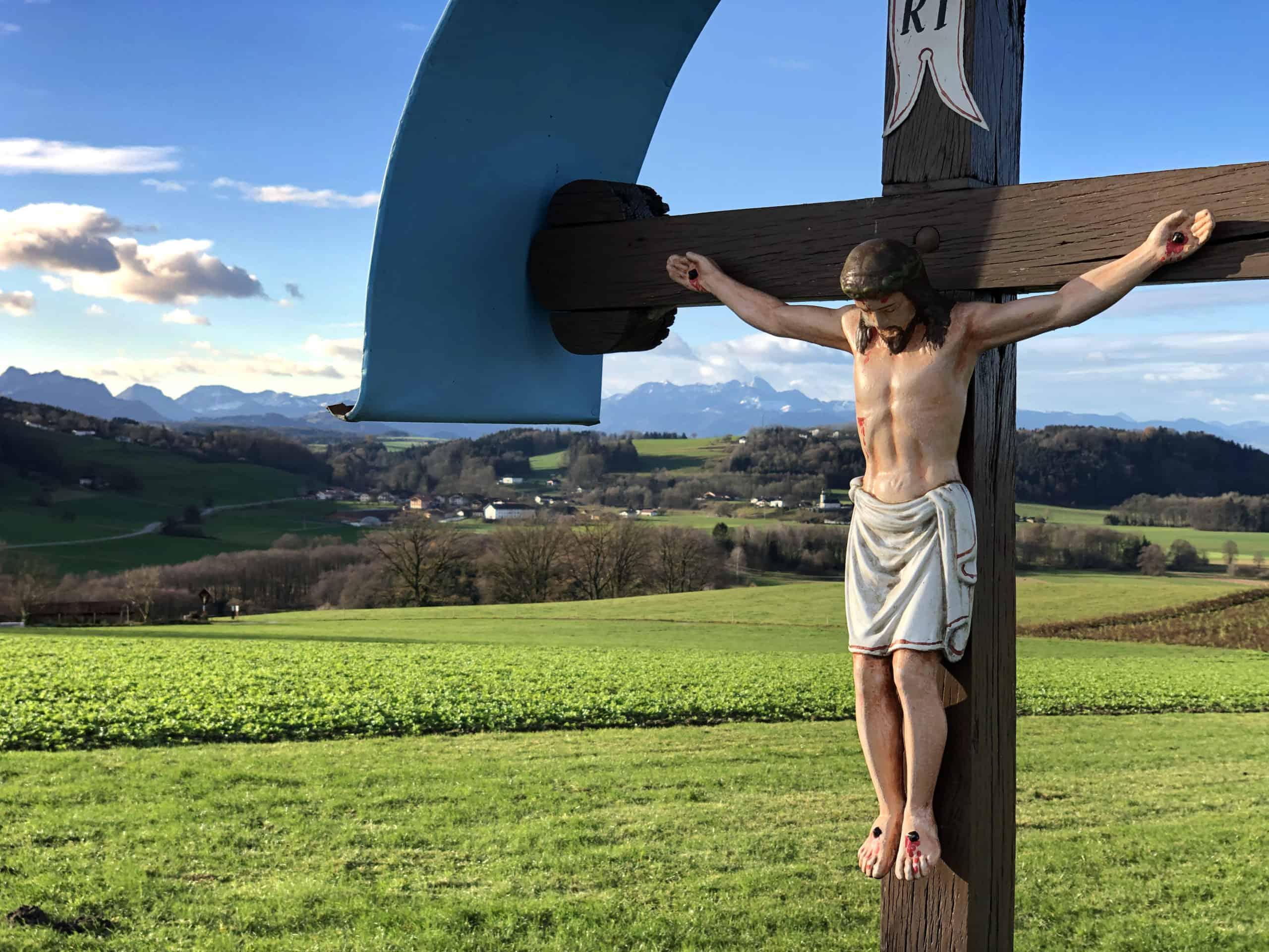 Blick nach Hirnsberg mit Jesus im Vordergrund