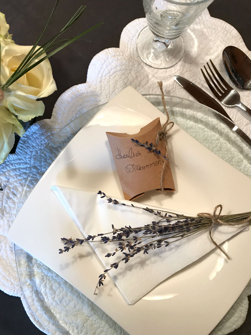 Ein schön gedeckter Tisch – weiss & schwarz