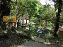 Links die Bar, rechts das Toilettenhaus