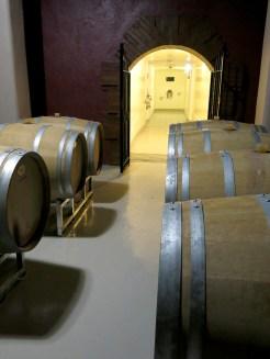 ...er in die typischen Weinfässer umgefüllt wird